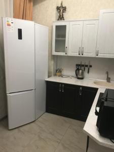 Кухня или мини-кухня в Апартаменты на Сухумском Шоссе