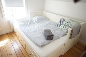 Ein Bett oder Betten in einem Zimmer der Unterkunft Gamla Kungsgatan Kalmar
