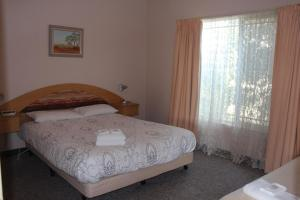 A bed or beds in a room at Golden Rivers Holiday Apartments