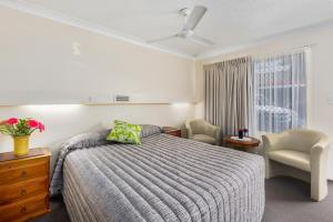 A bed or beds in a room at Whiteoaks Motel & Lodges