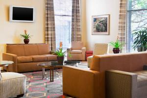 A seating area at Four Points by Sheraton Chicago O'Hare