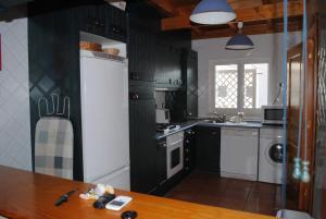 A kitchen or kitchenette at Aldeamento Turistico Casas da Comporta