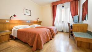 A bed or beds in a room at Hotel Cristallo