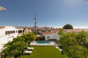 Uitzicht op het zwembad bij Dona Graca Lisbon Apartments of in de buurt