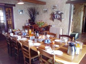 A restaurant or other place to eat at B&B La Ferme Aux Fleurs