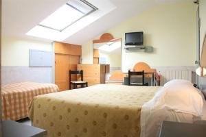سرير أو أسرّة في غرفة في Hotel Mazzini