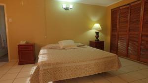 Een bed of bedden in een kamer bij Coconut Inn