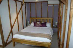A bed or beds in a room at Horse & Groom Inn