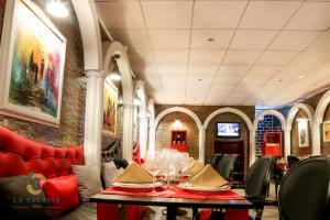 ホテル レジデンス ラ ファレーズにあるレストランまたは飲食店