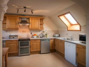 A kitchen or kitchenette at Carden Holiday Cottages - Elgin