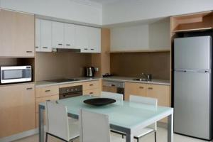 A kitchen or kitchenette at Chancellor Executive Apartments
