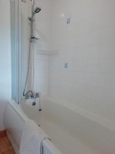 A bathroom at Balhousie Farm Bed and Breakfast