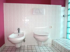 A bathroom at Apartment Medienhafen