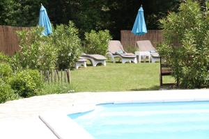 The swimming pool at or near Chambres d´Hôtes Belle Rivière