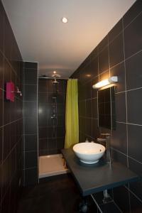 Salle de bains dans l'établissement Hôtel Akena HF