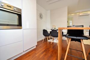 A kitchen or kitchenette at Luxury apartment Leon