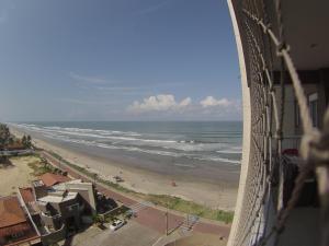 Uma vista do mar tirada do apartamento