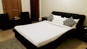A bed or beds in a room at Islamabad Residencia