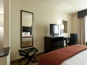 Uma TV ou centro de entretenimento em Holiday Inn Express-International Drive