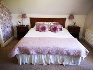 A bed or beds in a room at Dunagree Bed & Breakfast