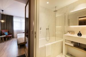 A bathroom at Radisson BLU Balmoral