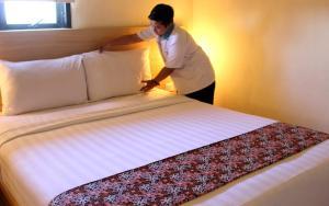 Een bed of bedden in een kamer bij D Inn Rungkut Juanda Surabaya