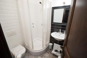 A bathroom at Hotel Ovo malo duše
