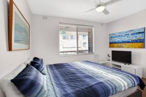 A bed or beds in a room at Bay Village, Unit 14/ 47 Shoal Bay Road