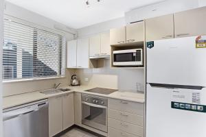A kitchen or kitchenette at Bay Village, Unit 14/ 47 Shoal Bay Road