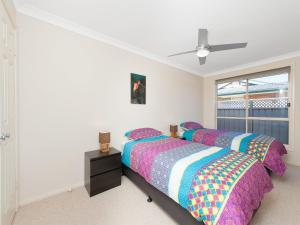 A bed or beds in a room at Pawprints, 123 Bagnalls Beach Road