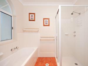 A bathroom at Sandcastles, 21/23 Robinson Street