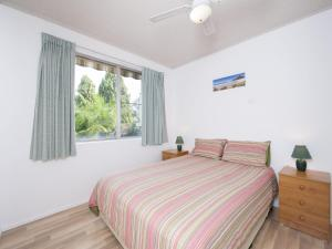 A bed or beds in a room at Shipmates, Unit 2/51 Christmas Bush Avenue