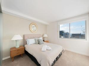 A bed or beds in a room at The Shoal Apartments, Unit 304/4-8 Bullecourt Street