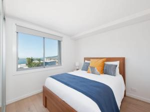 A bed or beds in a room at The Shoal Apartments, Unit 305/4-8 Bullecourt Street