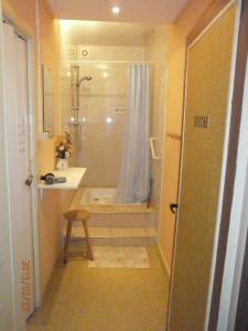 A bathroom at Hotel Cobut