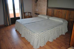 A bed or beds in a room at Hotel Rural los Tadeos