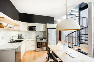 A kitchen or kitchenette at Les Lofts St-Pierre by Les Lofts Vieux-Québec