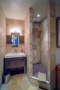 A bathroom at Chambres d'hôtes Artelit