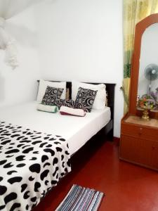 A bed or beds in a room at Tunnel Gap Homestay