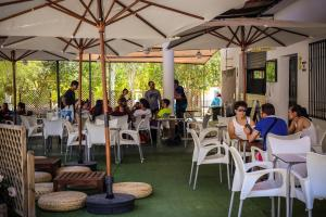 A restaurant or other place to eat at Bungalows Camping Rafting Benameji
