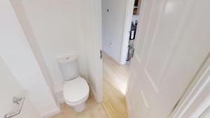 A bathroom at StayZo - Cole Green Lane