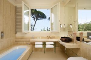 A bathroom at Villa Roma Imperiale