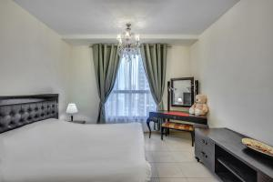 A bed or beds in a room at Apricus Holiday Homes - Spacious Apartment in Murjan JBR near the beach