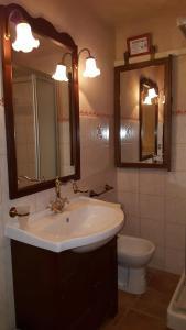 A bathroom at Agriturismo Fonte di Maroglio
