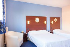 A bed or beds in a room at Hôtel Les Gens De Mer Le Havre by Popinns