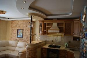 A kitchen or kitchenette at комфортная квартира на 40-летии Победы
