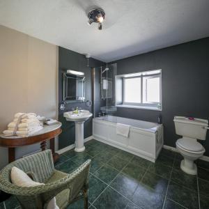 A bathroom at East Hook Farmhouse