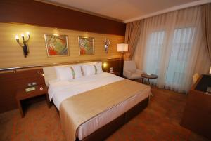 A bed or beds in a room at Holiday Inn Ankara-Kavaklidere