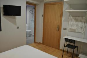 A television and/or entertainment center at Hostal Universitat