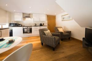 A kitchen or kitchenette at Ashbrook Lets Apartments